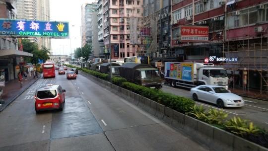 解放軍軍車今晨出現在香港市區。(圖擷取自LIHKG)