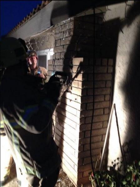 美國加州發生裸女被卡煙囪的事件,警消在凌晨前往救援,但由於煙囪狹小,他們只好破壞外牆。(圖擷取自推特)