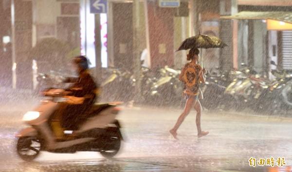 受瑪莉亞颱風影響,新北市區10日晚間開始出現間歇風雨。(記者羅沛德攝)