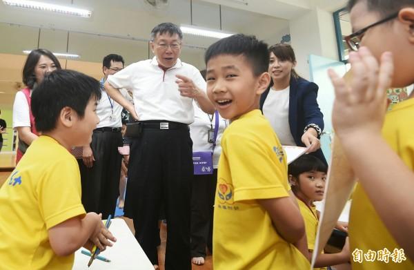 台北市長柯文哲今上午參訪文山區興華國小,小朋友玩得挺開心的。(記者廖振輝攝)