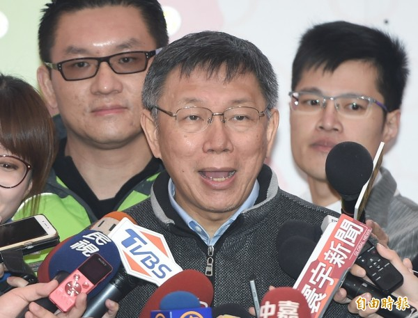 台北市長柯文哲(中)11日出席公共托嬰增設20迎新春活動,主持啟動儀式後受訪。(記者廖振輝攝)