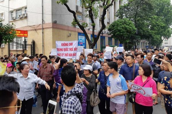 越南政府打算設立經濟特區,並允許外商的租地年限延長到99年,有民眾在上街示威時高舉NO CHINA 99的標語。(法新社)