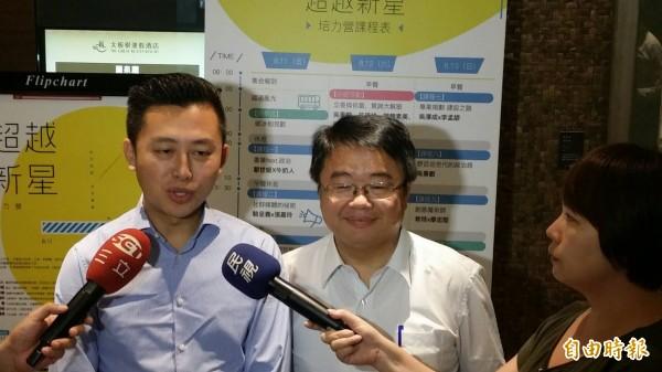 林智堅(左)為吳秉叡加油打氣。(記者翁聿煌攝)