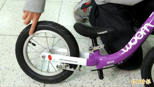 黃宥菘建議,車輪挑選有充氣胎的車種,因充氣胎抓地力較好。(記者陳宇睿攝)