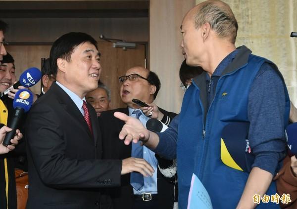 退休軍公教總會今天舉行會員大會,國民黨主席參選人郝龍斌(左)及韓國瑜(右)都到場尋求支持。(記者廖振輝攝)