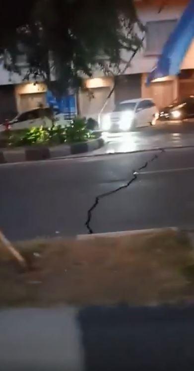 強震過後馬路出現大範圍龜裂。(圖擷取自臉書)