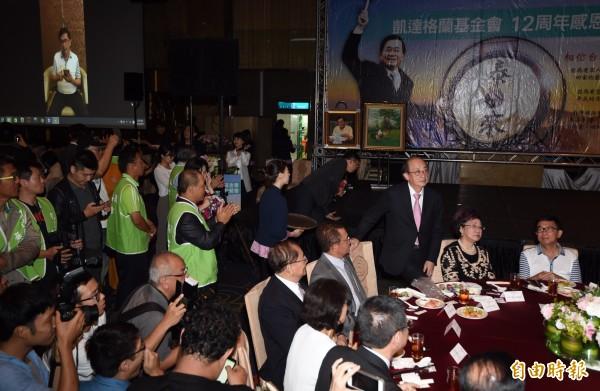 前總統陳水扁今晚7點35分左右出席感恩募款餐會,受到現場參加者的熱烈歡迎。(記者簡榮豐攝)