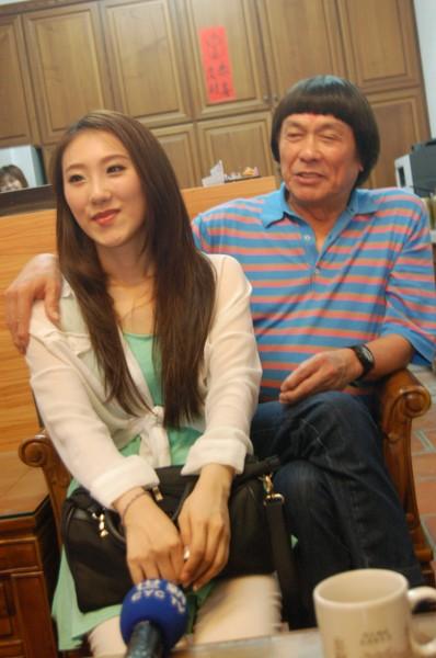 綜藝天王豬哥亮因女兒謝金晶雖相隔二十年才再重逢,但父女情深,感情良好。(記者謝銀仲攝)