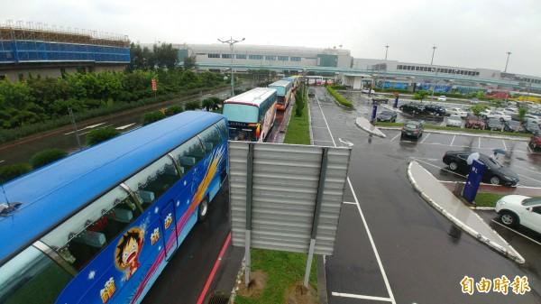 圖為遊覽車業者日前在機場集結抗議。(資料照,記者姚介修攝)