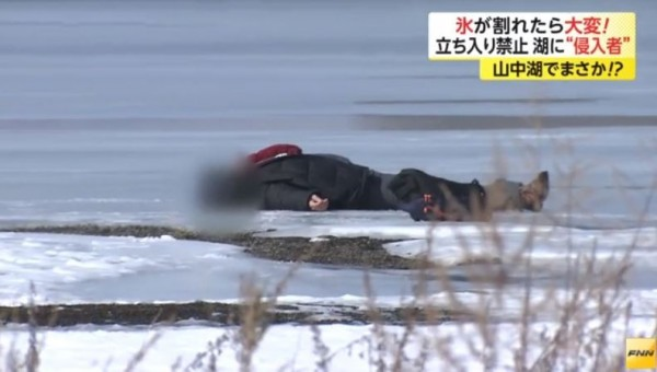 日本記者觀察到許多闖入湖面的遊客,當中不乏台灣遊客。(圖擷取自富士新聞網)