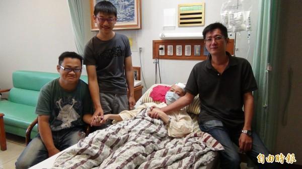 15歲國中生死後器捐,母親(右二)罹癌住院動手術期間,心臟受贈人王鵬富(左二)、腎臟受贈人王律淵(左一)排班照顧乾媽。(資料照)