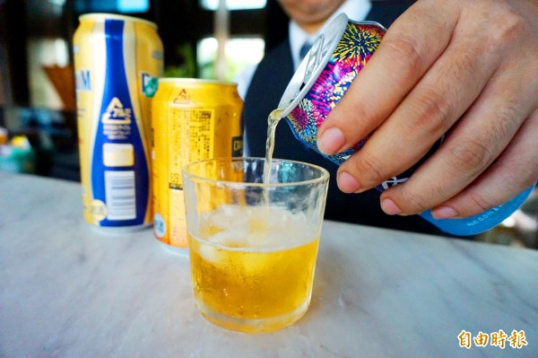 A man pours beer from a can into a glass in Taichung on Oct. 1. Warning: Excessive consumption of alcohol can damage your health Photo: Tsai Shu-yuan, Taipei Times