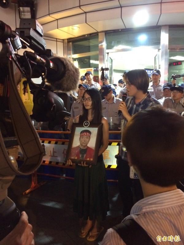 民眾捧著Hydis工會前幹部裴宰烔的遺照抗議。(記者劉慶侯攝)