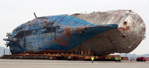 世越號沉船事件至今仍有5名失蹤者的遺體尚未尋獲,昨傳出相關人員在船體內發現疑似人骨。(歐新社)