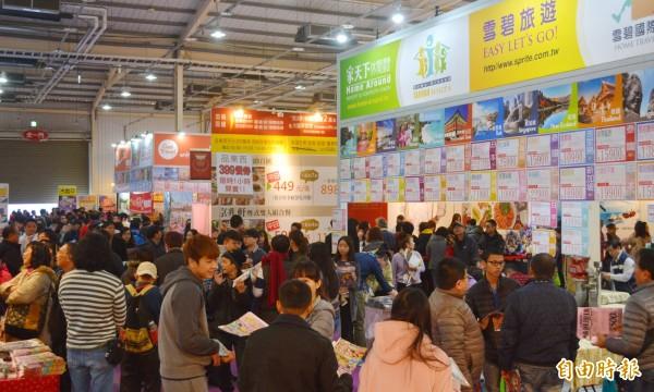 台中國際旅展今天登場,吸引眾多民眾進場搶便宜。(記者陳建志攝)