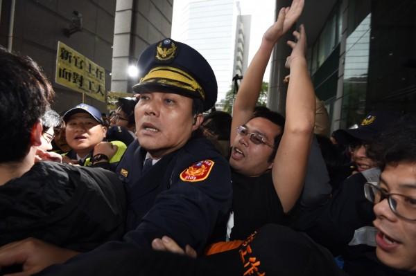 國道收費員自救會下午於交通部抗議,發生推擠衝突。(記者羅沛德攝)