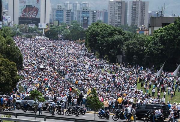 成千上萬的委內瑞拉人民在首都卡拉卡斯和其他數個城市發起抗議行動。(法新社)