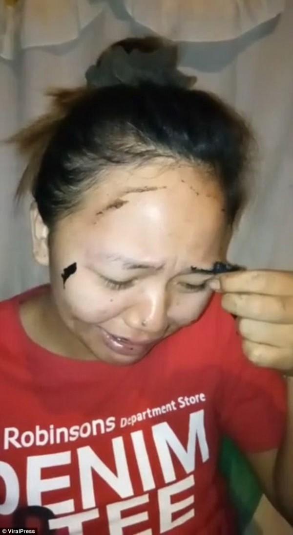 22歲的Genella收到了朋友送的面膜,在沒有閱讀說明書的情況下敷上面膜。(圖取自《Dailymail》)