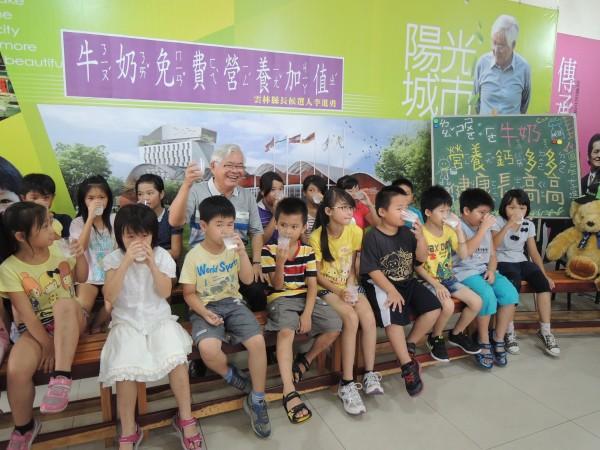 民進黨雲林縣長參選人李進勇提出每週1天牛奶日,為國小學童營養加值。(記者廖淑玲攝)