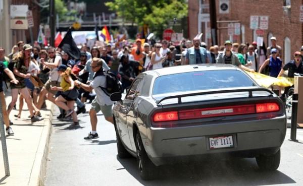 一輛車高速衝入人群中,將民眾撞飛,其餘人則四處逃竄,車輛在衝撞過後,又高速倒車駛離現場。(美聯社)