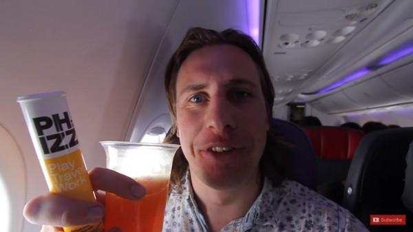 威爾在澳洲雪梨參加跨年晚會後,便立刻趕搭飛機前往南太平洋的庫克島。(圖擷自YouTube)