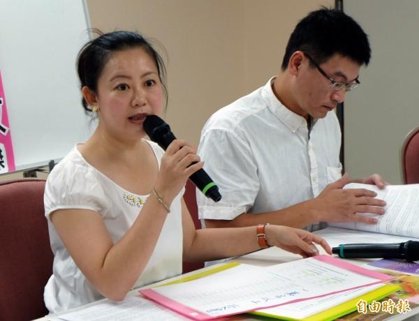 吳思瑤(左)、梁文傑等15名民進黨議員連署要求停止發售波多野悠遊卡。(資料照,記者盧姮倩攝)