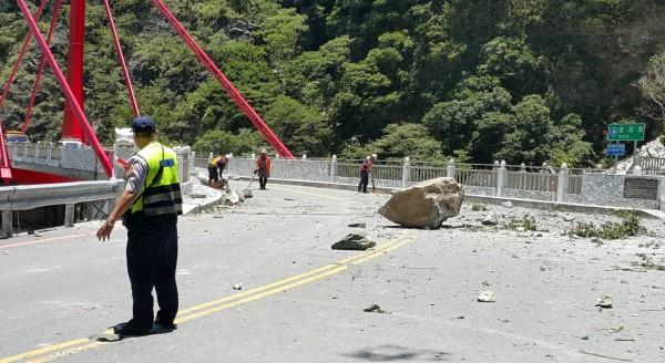 中橫慈母橋因落石實施交管,目前開放單線通行。(警方提供)