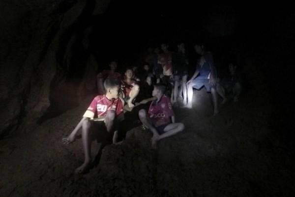 受困山洞長達18天的「野豬足球隊」12名球員和25歲教練,今日晚間終於全數獲救。(歐新社)