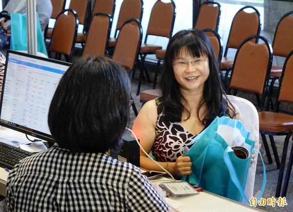來自美國的僑胞廖孟素9日幸運成為返台參加雙十國慶第5000位報到的僑胞。(記者張嘉明攝)