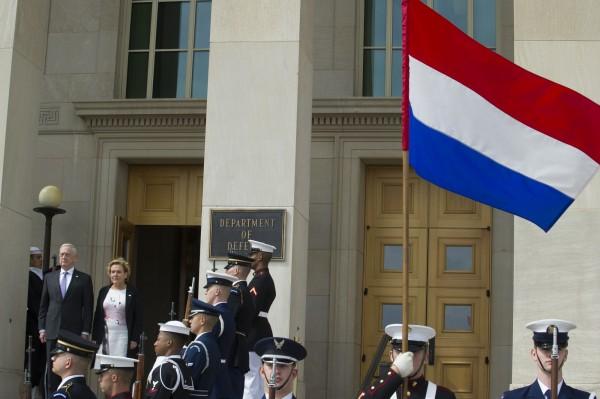 荷蘭發出第1本性別中立護照,但往後仍須經法院裁判後才能發出。(美聯社)