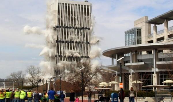 大樓爆破後,如骨牌般層層往地面倒塌,場面震撼(圖擷取自YouTube)