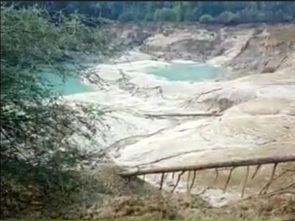 九寨溝知名景點「火花海」,地震後發生湖水流失,慘變乾禿海。(翻攝自網路)