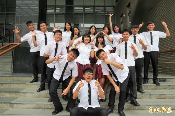 新民高中學生自豪「校服我最正」。(記者蘇孟娟攝)
