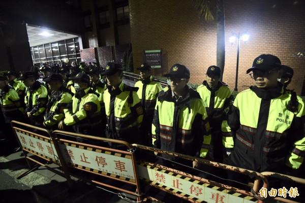 丁守中到台北地院提告,現場警力戒備。(記者簡榮豐攝)