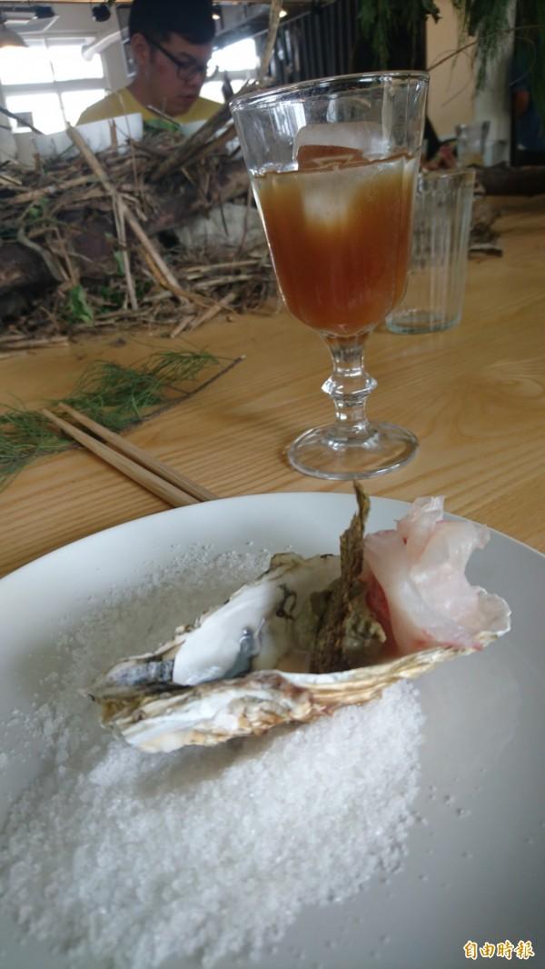 台灣鯛生魚片配合鳳梨酒,選用台南在地食材。(記者劉婉君攝)