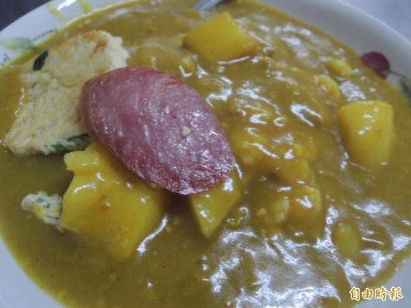后里紅豆阿嬤咖哩飯,配菜是蛋片香腸片。(記者張軒哲攝)