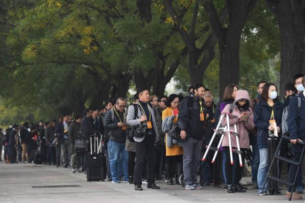 去年10月,記者在北京人民大會堂排隊等候進場。(法新社)