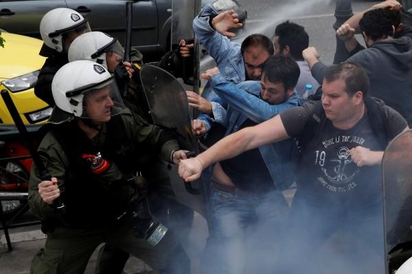 當地警方發射催淚瓦斯驅逐示威民眾並關閉市中心主要道路,隨即引發警民衝突。(路透)