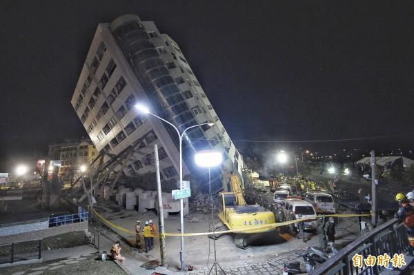 花蓮雲翠大樓9日晚間的震災現場。(記者陳志曲攝