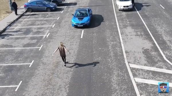 雪斯特雅深寇是俄羅斯的跑酷運動員,他先前曾表演在高樓的外牆小平台隔空跳躍,近日則是要從迎面衝來的跑車上方翻越並安全落地。(圖擷自YouTube)