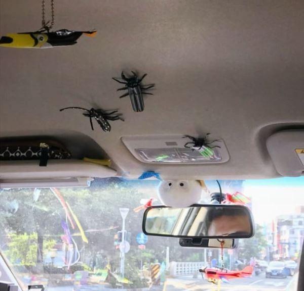 計程車裡擺滿了司機自己做的吸管藝品。(圖擷取自爆廢公社)