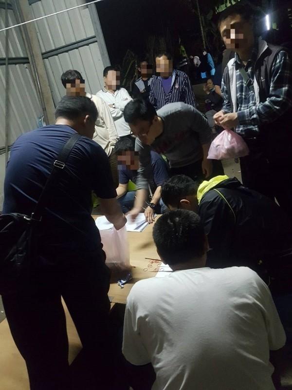 斗南警方昨天深夜破獲職業賭場。(記者黃淑莉翻攝)