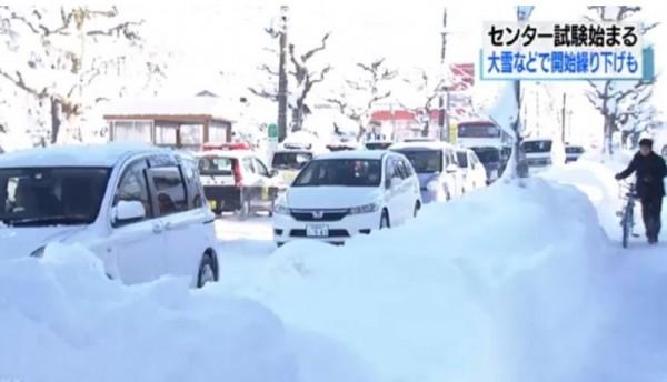 日本街道被積雪覆蓋,路面結冰。(圖翻攝自NHK)