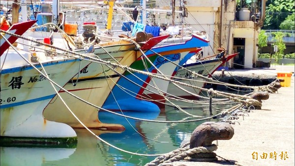 Boats are tied securely at a fishing port in Keelung yesterday in preparation for the anticipated arrival of Typhoon Maria.