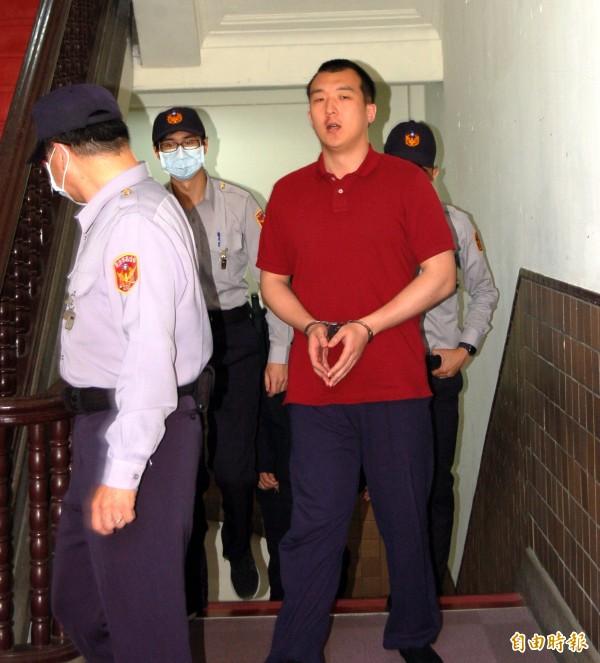 涉共諜案的中國籍男子周泓旭,因自認被栽贓,今被提訊出庭時,竟呤詩表心跡,要求害他的人出面還他清白。(記者楊國文攝)