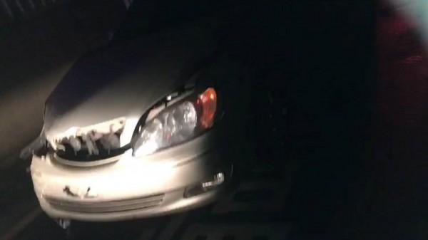 陳姓男子肇事逃逸,途中又追撞其他車輛。(記者廖雪茹翻攝)