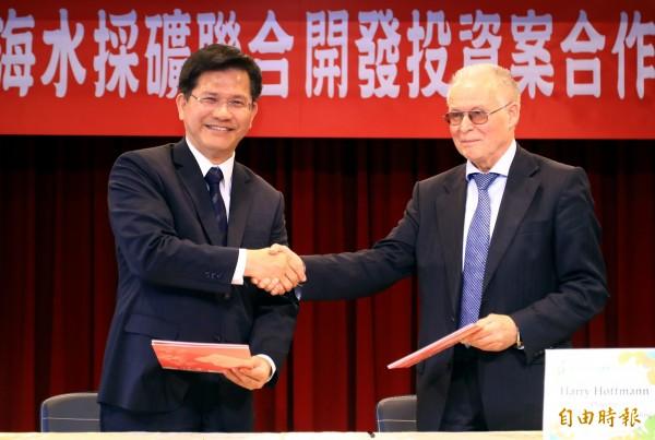 林佳龍(左)日前與德國哈利霍夫曼諮詢公司總裁哈利霍夫曼簽訂合作備忘錄。(資料照)
