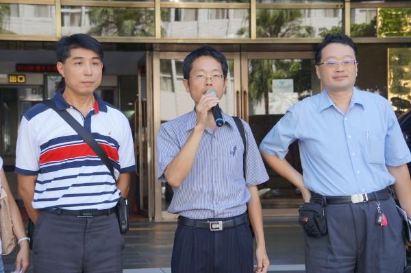 中華民國兒童教保聯合總會總會長施文仁(中),今早赴台北地檢署聲援教保員。(記者錢利忠攝)