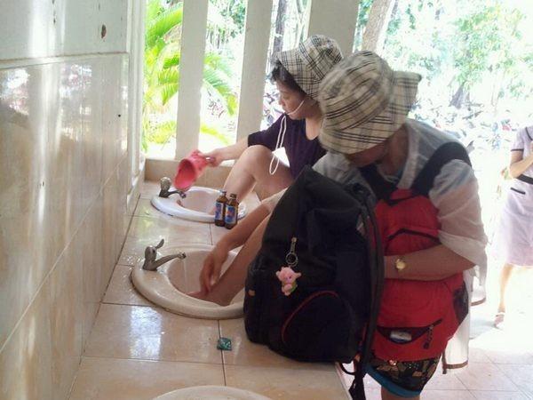 日前又傳出有中國大媽在泰國觀光地的廁所,相當無禮的直接把腳抬放在洗手檯沖洗。(取自《Manager Daily》)