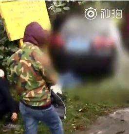 今日上午,中国四川省1辆轿车突然冲上公车站台,导致连环车祸,目前已造成9人死亡,另有多人受伤。(图翻摄自微博)